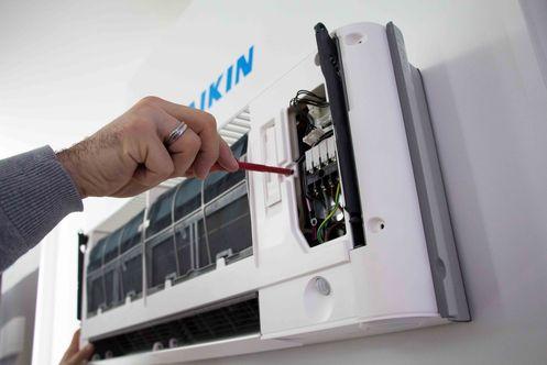 Wartung und Reparatur einer Klimaanlage